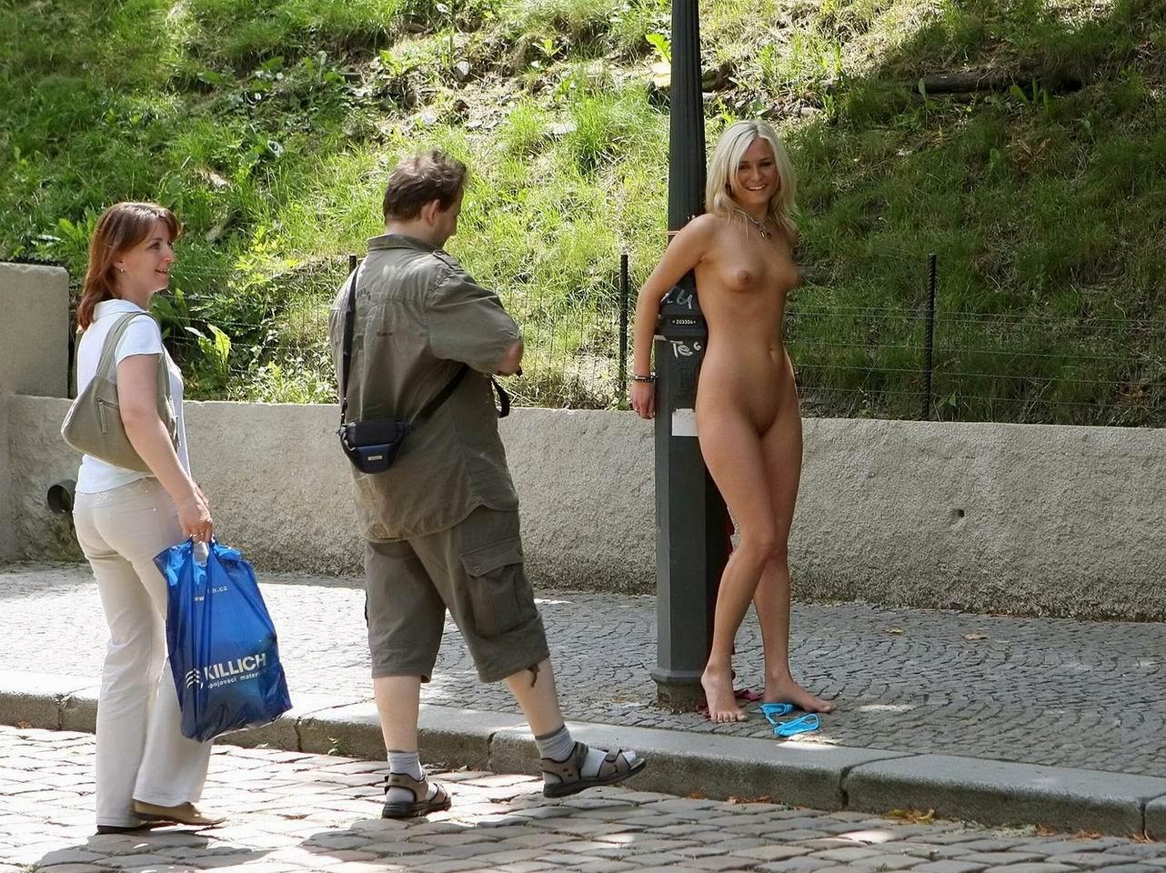 Смотреть порно на публике унижение, Публичное унижение - бесплатное порно видео на 10 фотография